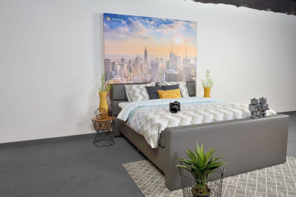 antraciet boxspring bed met een achtergrond van newyork