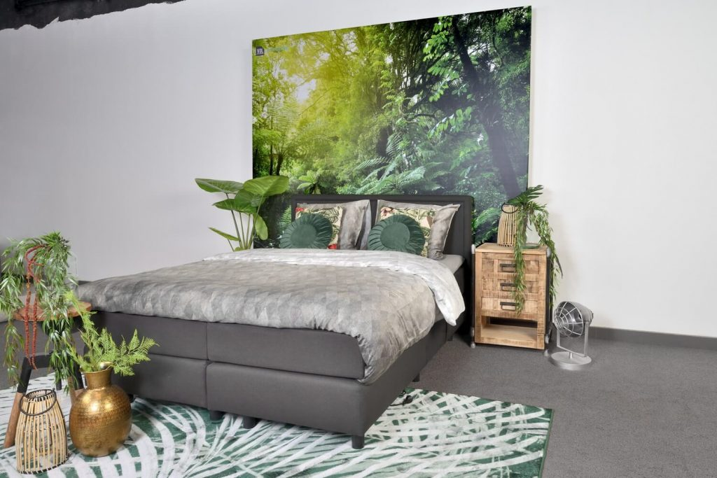 boxspring bed van het merk vol met daarachter een jungle afbeelding